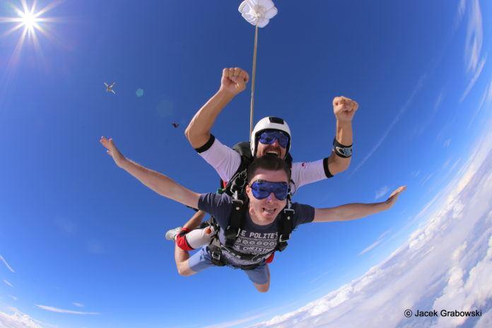 Skoki spadochronowe w tandemie – zarezerwuj swój skok już teraz!